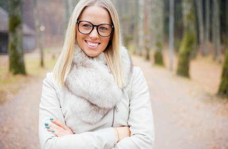 vidrio: Mujer con las manos cruzadas que llevaba gafas Foto de archivo
