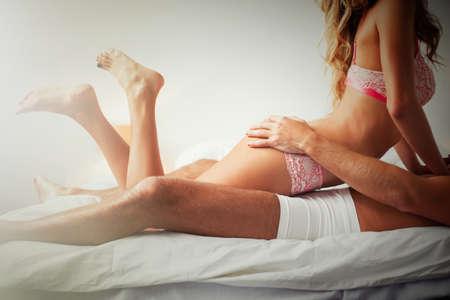 mujeres eroticas: Mujer er�tica en la parte superior del hombre Foto de archivo