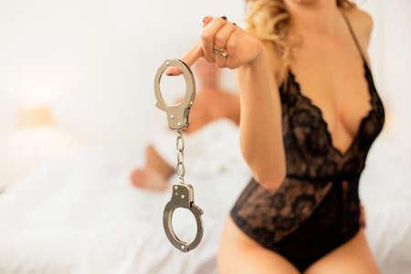 sex: Vrouw met handboeien Stockfoto