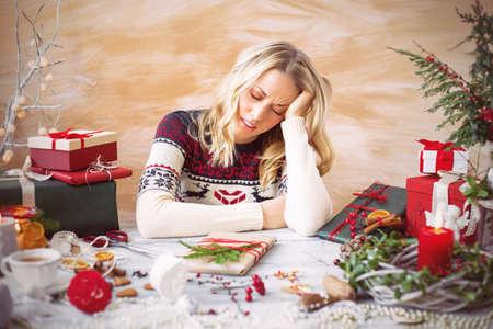 agotado: Mujer cansada de la envoltura de regalos