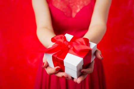 Mulher que prende o presente de Natal Imagens
