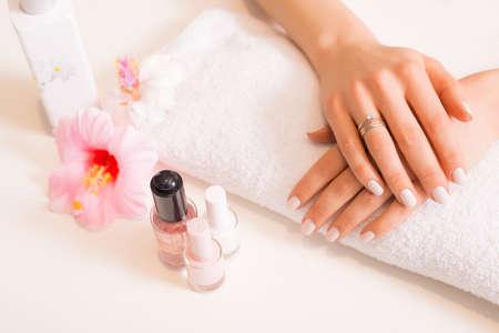 Vrouw met goed gemanicuurde nagels