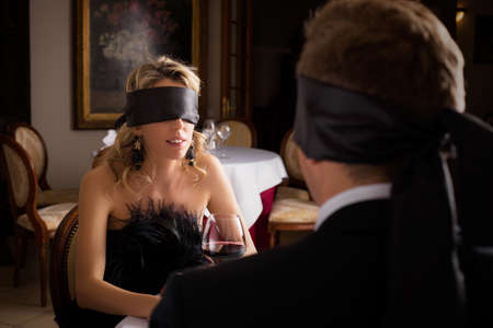 Frau und Mann am Blind Date
