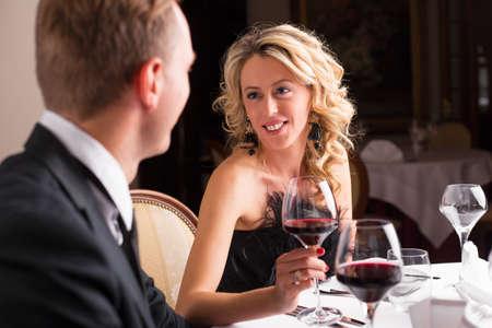 femme romantique: Amoureuse regardant sa date