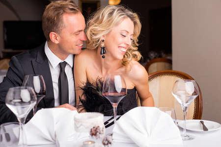enamorados besandose: El hombre que susurra algo a su novia