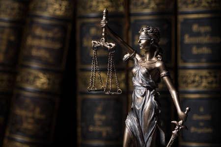 justiz: Themis Figur in der Bibliothek