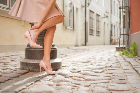 足首の痛みを持っている女性 写真素材