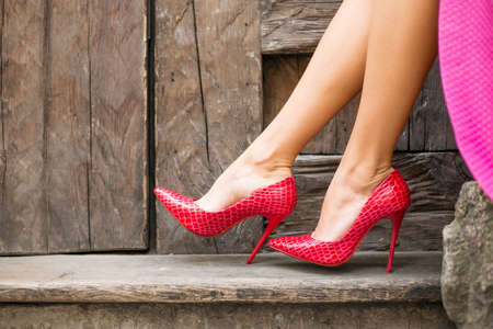 falda: zapatos rojos de tacón alto