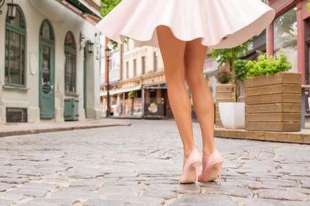 nudo integrale: Donna con belle gambe indossando scarpe tacco alto