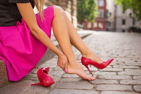 tacones: Mujer con el pie lesionado