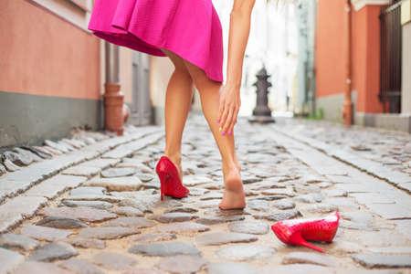 lesionado: Mujer herida en el tobillo, mientras que el uso de zapatos de tacón alto Foto de archivo