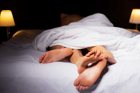 sexo pareja joven: Pares que duermen en la cama
