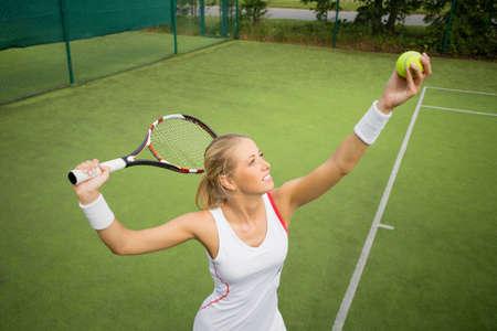Vrouw in tennis praktijk