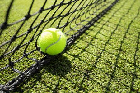그물에 테니스 공 스톡 콘텐츠