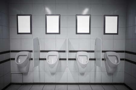 pis: Publicidad marcos vacíos en baño público Foto de archivo