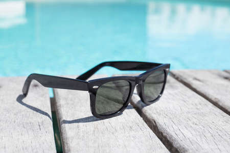 Óculos de sol à beira da piscina