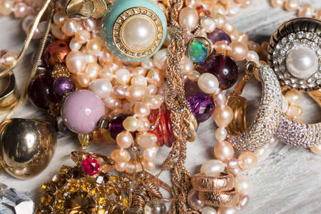 eleganz: Verschiedene weibliche Accessoires auf dem Tisch Lizenzfreie Bilder