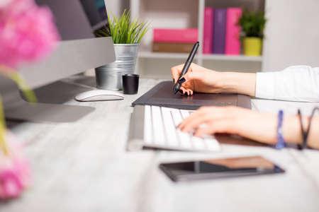mujeres trabajando: Trabajo femenino en el ordenador y la almohadilla de dibujo