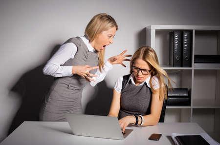 Boss schreeuwen tegen haar werknemer Stockfoto