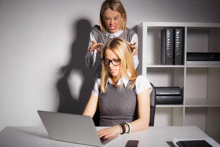 Žena šéf chystá zabít zaměstnance Reklamní fotografie
