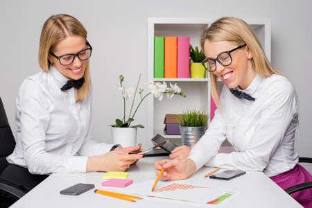 empleados trabajando: Dos empleados femeninos felices que trabajan junto