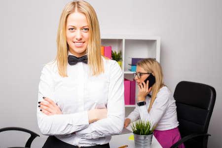 mani incrociate: Bella donna di business aziendale in piedi con le mani incrociate