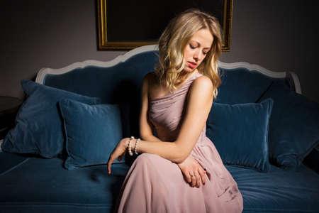 La donna in abito da sera seduto e guardando lontano