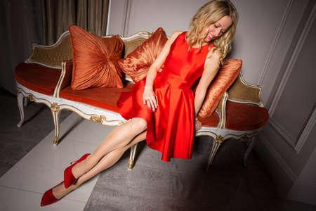 tacones rojos: Mujer atractiva en vestido rojo y tacones rojos Foto de archivo