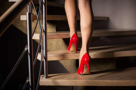 여자가 계단을 걸어