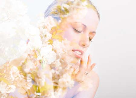 exposicion: foto de la doble exposición de la cara y las flores de la mujer hermosa Foto de archivo