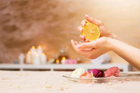 Vrouw met behulp van citroen in manicure procedure