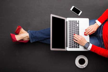persona sentada: Mujer trabajando en portátil