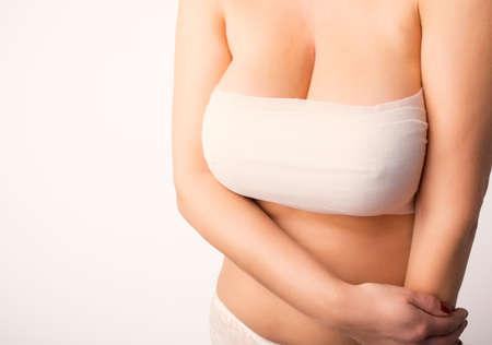 senos: Mujer después de la cirugía de aumento de pecho Foto de archivo