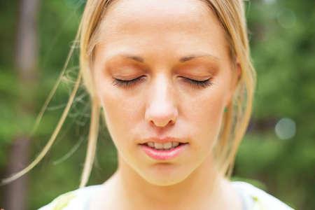 Mujer con los ojos cerrados  Foto de archivo