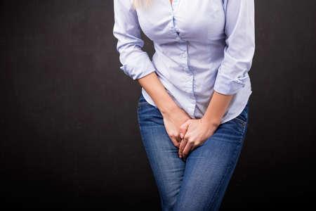 Frau braucht, um zu pinkeln