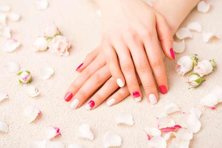 Femme avec gel vernis à ongles