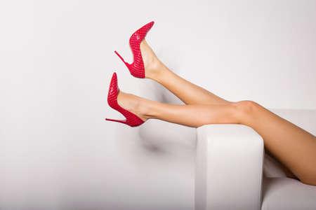 nudo integrale: Le gambe di donna sexy in tacchi rossi