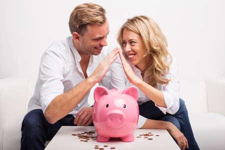 El ahorro de dinero para comprar la casa Pareja Foto de archivo - 52935281