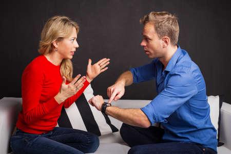 L'homme et la femme ayant un argument d'être en retard
