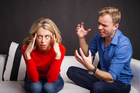 pareja discutiendo: El hombre tratando de explicarse Foto de archivo