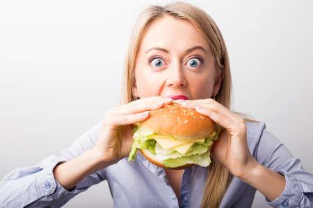 Vrouw eet hamburger Stockfoto