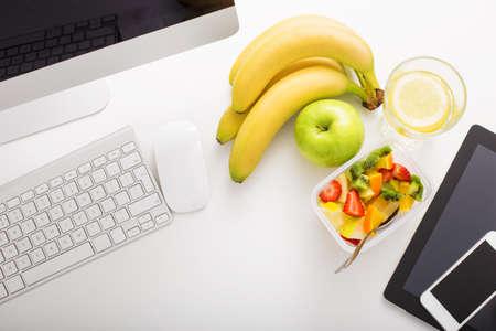 Werkruimte in het kantoor en moderne technologie