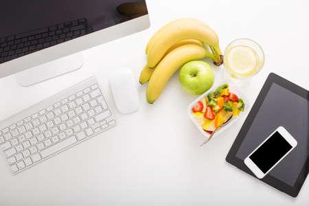 Büro einrichten und Obst Standard-Bild