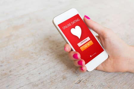 Vrouw met behulp van dating-app op smartphone Stockfoto