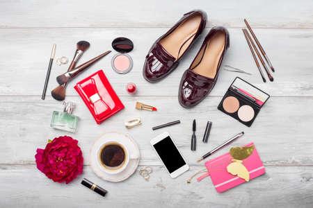 moda y belleza objetos y accesorios para la mujer en suelo de madera Foto de archivo