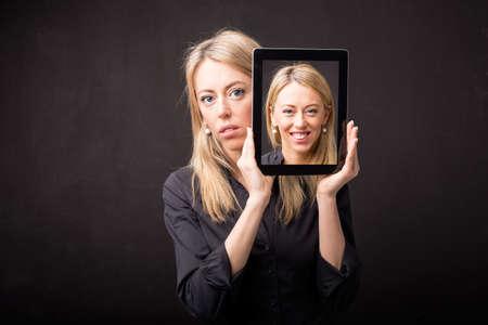 Vrouw blijkt gelukkig portret op tablet Stockfoto