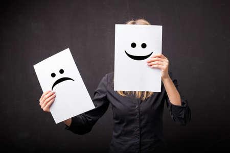 Frau wechselnden Smileys auf ihr Gesicht