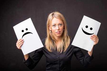 carita feliz: celebración de hojas mujer con emoticonos tristes y felices