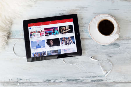 Riga, Letônia - 17 de fevereiro de 2016: o site YouTube no iPad. YouTube permite que milhares de milhões de pessoas descubram, assistam e compartilhem vídeos criados originalmente.