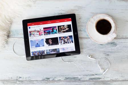 RIGA, Letonia - 17 de febrero, 2016: sitio web de YouTube en el iPad. YouTube permite a miles de millones de personas a descubrir, ver y compartir vídeos originales. Editorial